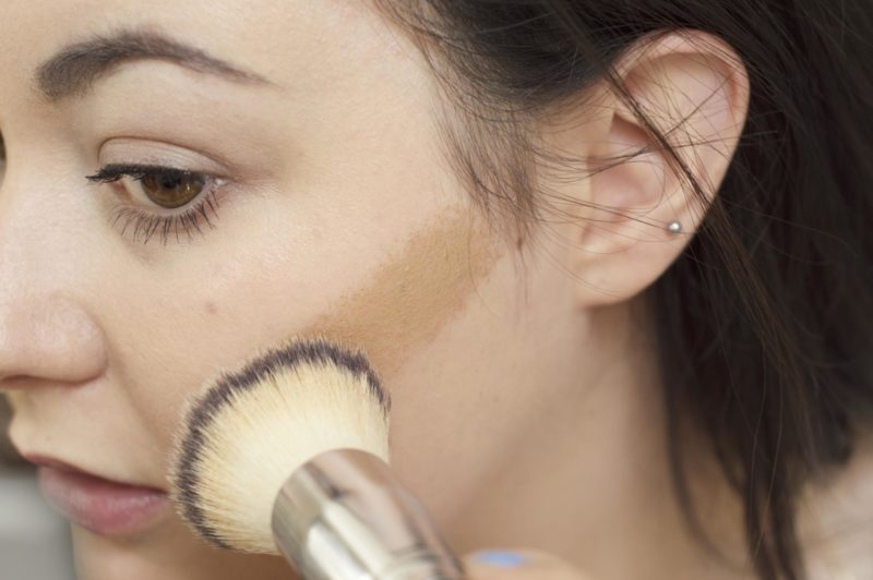 L'Oreal Glam Bronze Cushion Soleil applying with brush